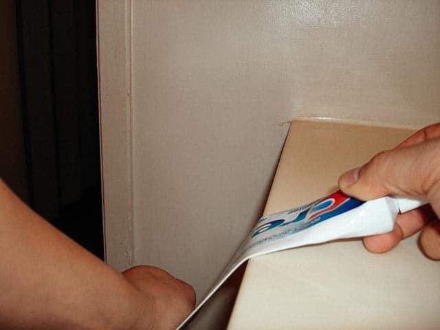 изстискване на паста за зъби, използвайки ръба на маса